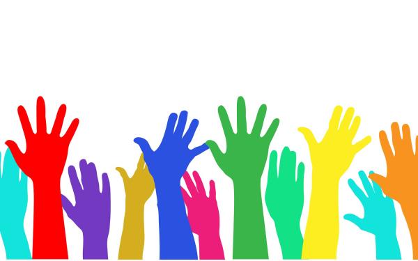 Mani alzate per esprimere voto e partecipazione